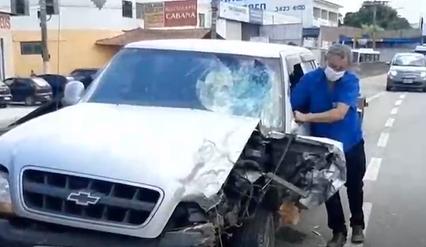 Flagra na BR-459: moto invade contramão e bate em caminhonete