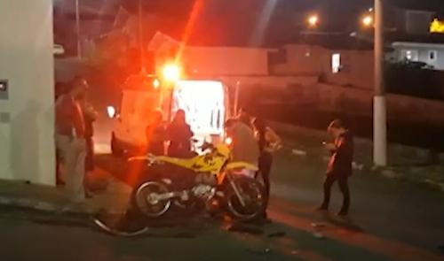Guaxupé: motociclista fica ferido ao ser atingido por carro em cruzamento