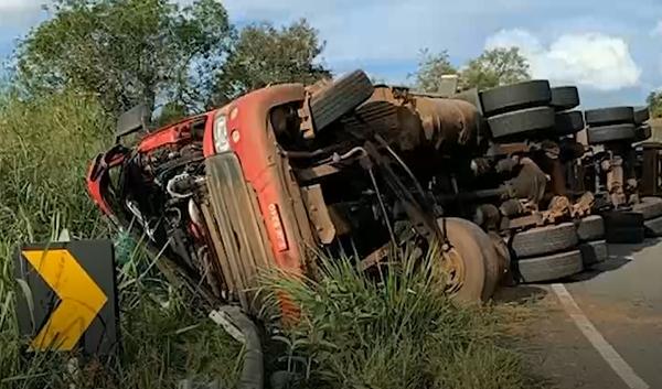 Lavras: caminhoneiro fica ferido depois de carreta tombar na BR-265