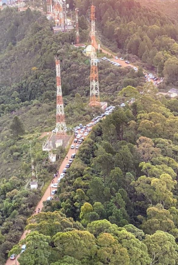 Desrespeito em Poços de Caldas: PM flagra aglomeração na Serra de São Domingos