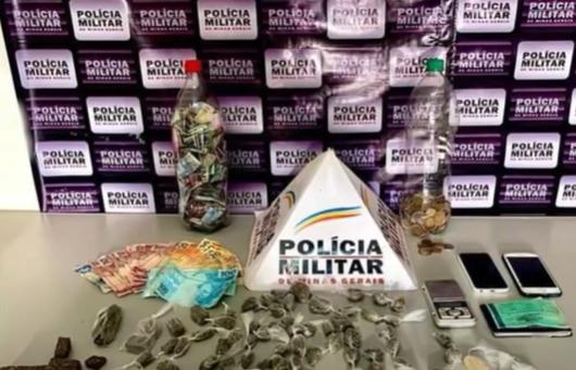 Monte Azul: PM apreende maconha, cocaína e moto
