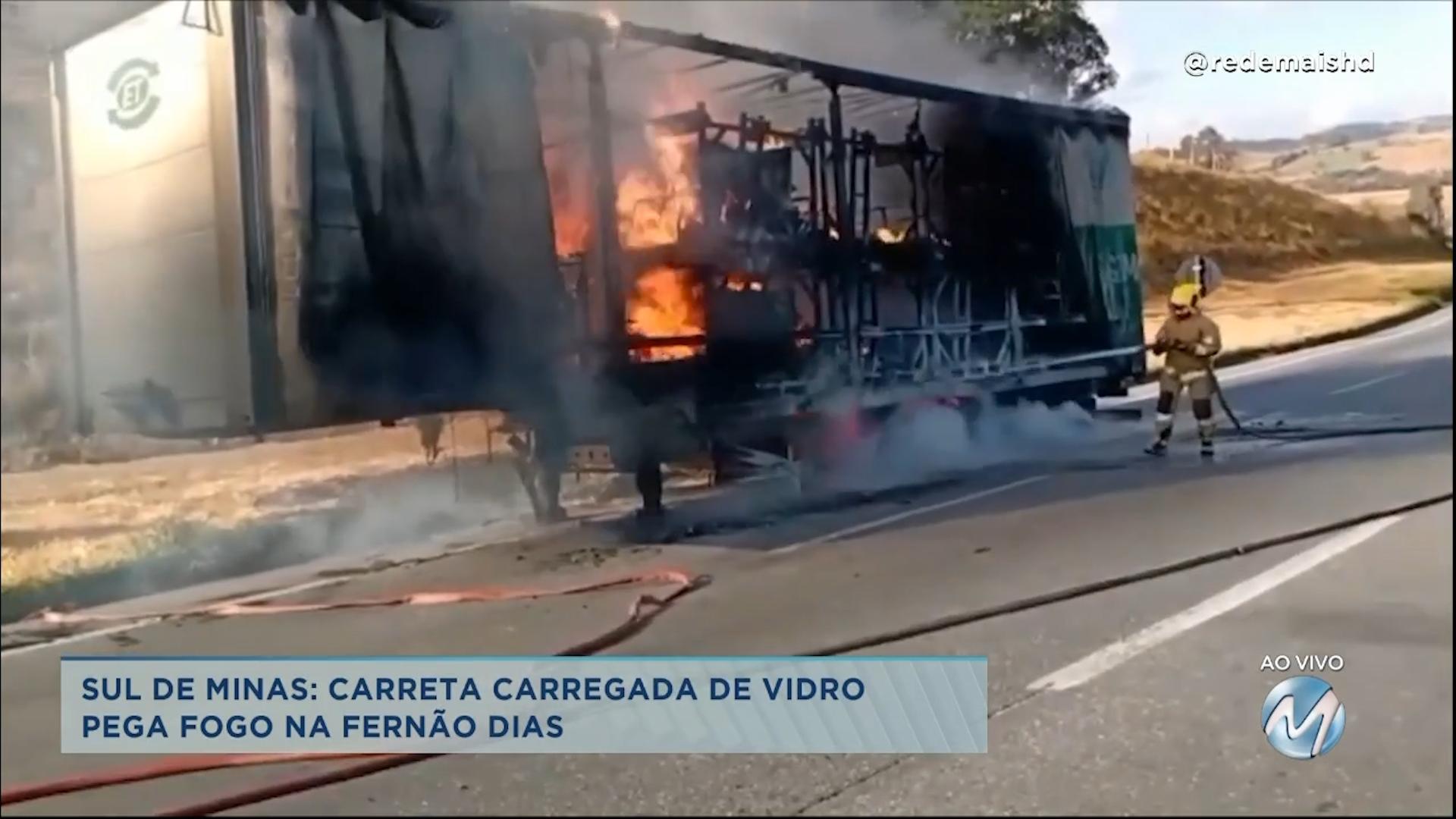Carreta carregada de vidro pega fogo na Fernão Dias