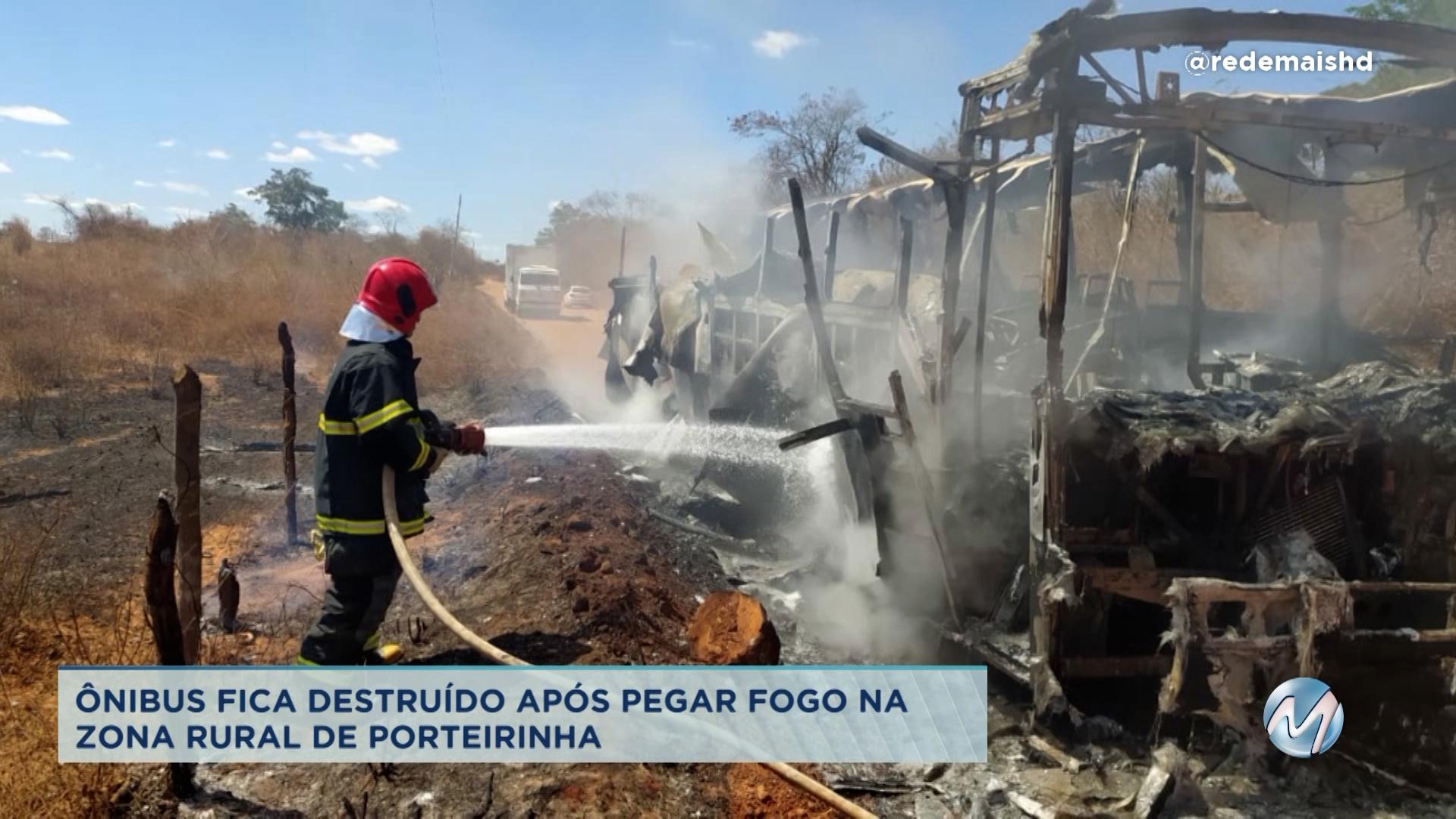 Ônibus fica destruído após pegar fogo em Porterinha